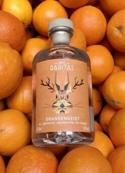 Raritas Orangengeist von der Destillerie Lantenhammer mit den reifen Orangen